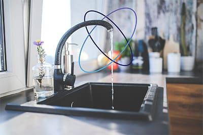 Représentation d'un évier avec eau qui coule utilisant la technologie Sigfox