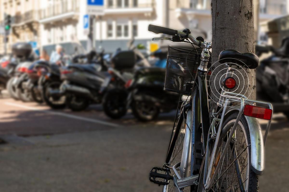 Vélo garé en ville utilisant le bike tracker pour être géolocalisé